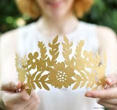 Crowns and tiaras are perfect for fancy dress and birthday parties. Check out our list of 40 DIY crown and tiaras that you can create for your next party. Diy Tiara, Crown Decor, Diy Crown, Crown Pattern, Paper Crowns, Paper Crafts Origami, 3d Paper, Diy Papier, Princess And The Pea