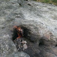Yanartas - Die brennenden Steine: Das seit mehr als 2.700 Jahren brennende Gasfeld in Cirali.  Bellerophontes soll zusammen mit dem fliegenden Pferd Pegasus die Chimera am Berghang besiegt haben. Später ist das erste Feuer der Olympischen Spiele an den brennenden Steinen entzündet worden.  #yanartaş #chimera #feuer #olympischesfeuer #Olympos #Türkei #tuerkei #TürkeiUrlaub #türkei2016 #Türkischeriviera #turkeyhome #Antalya #pegasus #bellerophontes #sehenswürdigkeit #Sehenswürdigkeiten #Reise…