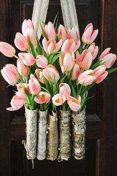 God, I love tulips. This is STUNNING! Learn to create a DIY tulip wreath with this full tutorial. It is easy and only takes 10 minutes! Diy Spring Wreath, Spring Door Wreaths, Diy Wreath, Spring Crafts, Wreath Ideas, Ikebana, Deco Floral, Arte Floral, Tulip Wreath