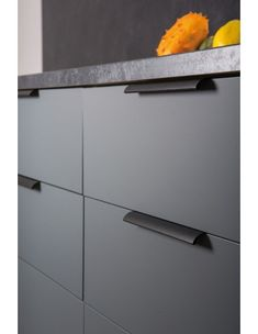 The Ona aluminium handles for kitchens by Viefe. Aluminum Kitchen Cabinets, Aluminium Kitchen, Kitchen Cupboard Doors, Kitchen Drawers, Kitchen Sinks, Kitchen Storage, Black Door Handles, Cabinet Door Handles, Home Decor Kitchen