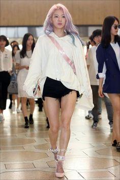 Hyoyeon at airport to Osaka, Japan for SMTOWN concert Yoona, Snsd, Kim Hyoyeon, South Korean Girls, Korean Girl Groups, Taeyeon Jessica, Kwon Yuri, Japanese Girl Group, Kpop Fashion