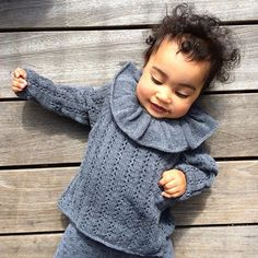 And someone sweet  #rabarberslåom #roobarbwrapblouse #knitting #knitforkids #babyknits #barnestrikk #babystrikk #jentestrikk #guttestrikk #knittingforolivesmerino #knittingforolive