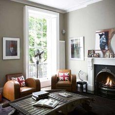 レトロ感たっぷりのソファーやテーブルにスタイリッシュな暖炉が似合う