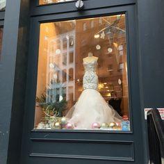 12/20/2014 tarihinde Molly M.ziyaretçi tarafından Lovely Bridal Shop'de çekilen fotoğraf