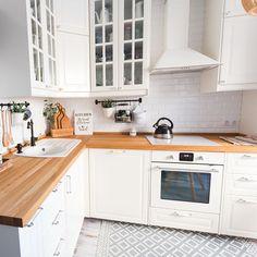 Este posibil ca imaginea să conţină: bucătărie şi interior Apartment Interior, Kitchen Interior, Kitchen Decor, Pallet House Plans, Small Cottage Kitchen, Scandinavian Kitchen, Dining Room Inspiration, Kitchen Cabinet Design, Bedroom Vintage