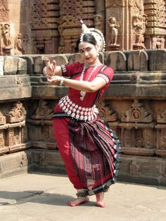 odissi, classical dance from Odisha, India. Years of practice :) Isadora Duncan, Folk Dance, Dance Art, Indian Classical Dance, Amazing India, India Colors, Durga Goddess, Dance Poses, Tribal Fusion