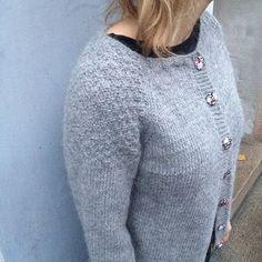 TUSINDFRYD: Tusindfryds Yndlings Cardigan - En Strikkeopskrift Hand Knitting, Knitting Patterns, Crochet Patterns, Chrochet, Knit Crochet, How To Purl Knit, Drops Design, Knit Cardigan, Winter Outfits