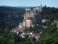 Rocamadour - Vue sur les sanctuaires, les maisons du village, la falaise et le château dominant l'ensemble, arbres et forêt, dans le Parc Naturel Régional des Causses du Quercy