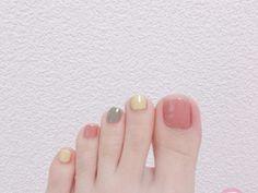 ベタ塗りするだけなのにオシャレに見える♡5分でできる簡単オシャレなフットネイル | ピュアラモ(Purelamo)|美容・コスメ・インテリア情報が満載 Feet Nail Design, Toe Nail Designs, Acrylic Nail Designs, Classy Nails, Stylish Nails, Fingernails Painted, White Acrylic Nails, Feet Nails, Minimalist Nails