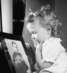 This daughter awaiting her father's arrival home: | 18 WWII-Era Photos To Make You Believe In Love ~