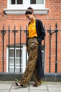 Street Style, London Fashion Week: 30 Impeccable Cool Girl Outfits from Outside the Spring 2017 Shows Street Style Fashion Week, Printemps Street Style, Spring Street Style, Street Style Looks, Look Fashion, Simply Fashion, Capsule Wardrobe, Coloured Denim Jacket, Types Of Trousers