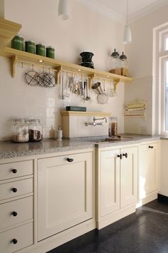How to optimize storage in the kitchen - Home Fashion Trend Beige Kitchen, Pastel Kitchen, Kitchen Dining, Kitchen Cabinets, Plain English Kitchen, British Decor, Little Kitchen, Home Kitchens, Home Remodeling