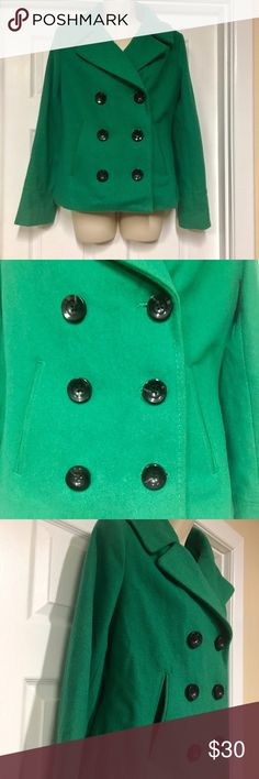 "Kelly green peacoat Merona Kelly green peacoat. Excellent preowned condition. No stains rips, stains or flaws. Lined. Beautiful green color.                        🚫MEASUREMENTS LAYING FLAT:   Armpit to armpit:  18.75"" Waist:  17.5"" Length from shoulder to bottom:  23"" Sleeve:  24"".              022317 Merona Jackets & Coats Pea Coats"