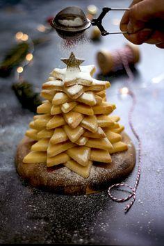 Avez-vous pensé à faire un sapin de Noël en biscuits sablés pour décorer votre table de réveillon ?  Voici la recette facile de ce dessert.