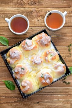 Ciasto drożdżowe, niby mało eleganckie i okazałe, a chyba jedno z moich ulubionych i najczęściej pokazywanych na blogu. Ba! Śmiem nawet tw...