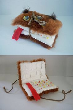 Monster Book of Monsters needle book/ pincushion (Diy Geschenke Harry Potter) Potion Harry Potter, Harry Potter Pin, Harry Potter Decor, Harry Potter Birthday, Harry Potter Pencil Case, Harry Potter Plush, Harry Potter Ornaments, Harry Potter Christmas Tree, Knitting Needle Case