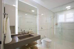 Prateleira de madeira e bancada com cuba esculpida de Cristina Reinert - 14173 no Viva Decora Laundry In Bathroom, Pallet Projects, E Design, Decoration, Toilet, Bathtub, Flooring, Mirror, Studio