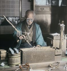 thekimonogallery: Hand-colored photo of a craftsman making Buddhist prayer beads. Old Pictures, Old Photos, Vintage Photos, Yukata, Albert Kahn, Samurai, Taisho Period, Japanese Tools, Japanese Photography