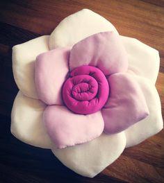 Cuscini a forma di rosa colori in gradazione Sewing Pillows, Diy Pillows, Throw Pillows, Pillow Ideas, Designer Pillow, Pillow Design, Cute Cushions, Bedroom Crafts, Flower Pillow