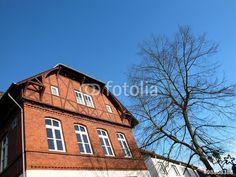 Altes Schulgebäude mit Fachwerk und Fassade aus rotem Klinker in Wißmar bei Gießen in Hessen