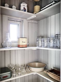 ℒʝuѵlίg ocɦ omsoгgsfullt гestauгeгad ί lugna ocɦ natuгnäгa Solängen Wooden Kitchen, Rustic Kitchen, Kitchen Dining, Kitchen Decor, Country House Interior, Interior Design Living Room, Cottage Kitchens, Home Kitchens, Casa Cook