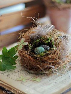 Auf ihrem Blog http://www.craftberrybush.com/ erklärt Lucy, wie man aus getrocknetem Gras, Moos, Kokosfaser, Moos, etwas Ton und Federn ein authentisch aussehendes Vogelnest basteln kann. (Foto: www.craftberrybush.com)