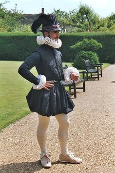 This looks like a good costume for Hamlet. He is the prince of Denmark so he should be wearing something expensive looking like this. Elizabethan Clothing, Elizabethan Costume, Elizabethan Fashion, Tudor Fashion, Elizabethan Era, Mode Renaissance, Renaissance Costume, Medieval Costume, Renaissance Fashion