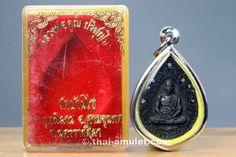 Sehr seltenes Ruun Nang Baipo Parisuttho Nuea Thong Daeng Rom Dam Thai Amulett des ehrwürdigen Luang Pho Koon Parisuttho, Abt des Wat Banrai, Tambon Kut Piman, Amphoe Dan Khun Thot, Changwat Nakhon Ratchasima (Korat), Isan, Nordostthailand aus dem Jahr B.E. 2536 (1993). Bei diesem Amulett handelt es sich um die seltene Nuea Thong Daeng Rom Dam Ausführung.