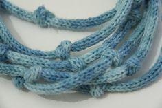 Collana infinita con nodi, in colore azzurro degradè. Può essere indossata in diversi modi, per esempio a 3 o 6 giri. Realizzata a tricotin, è al contempo casual ed elegante, perfetta su una camicia bianca. Lunghezza 350 cm circa MATERIALE: 60% lana+ 5% alpaca + 35% acrilico Lavabile a mano in acqua fredda con detersivo delicato, senza torcere; asciugare in piano lontano da fonti di calore