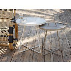 On the move sidebord, hvit i gruppen Hagemøbler / Bord hos AB Metal Outdoor Side Table, Outdoor Tables, Outdoor Decor, Side Tables For Sale, Modern Outdoor Furniture, Modern Spaces, Garden Spaces, Christen, Line Design