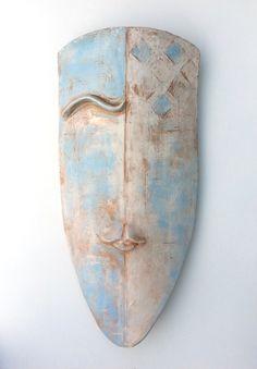 The Thinker - shield mask - ceramic wall object by Niqui Kommerkamp. Masker Keramiek Wandobject