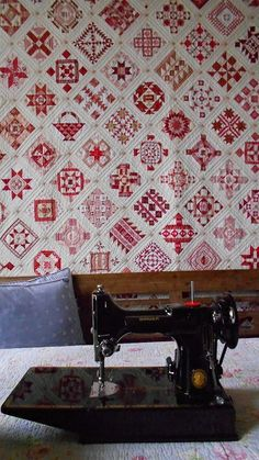Red and white quilt. Makes me think of a Dear Jane quilt. Antique Quilts, Vintage Quilts, Quilting Projects, Quilting Designs, Dear Jane Quilt, Farmers Wife Quilt, Two Color Quilts, Red And White Quilts, Antique Sewing Machines
