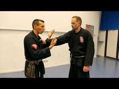 SE DEFENDRE CONTRE UNE SAISIE AU COL (PENCHAK SILAT - SELF DEFENSE) - YouTube