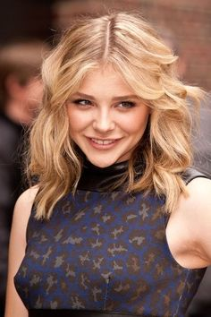 Chloe Moretz: 'Late Show with David Letterman' Appearance!: Photo Chloe Moretz strikes a pose outside The Ed Sullivan Theater on Thursday (May in New York City. Chloe Grace Moretz, Wavy Bob Hairstyles, Celebrity Hairstyles, Sils Maria, Messy Curls, Wavy Bobs, My Hairstyle, Dove Cameron, Hair Photo