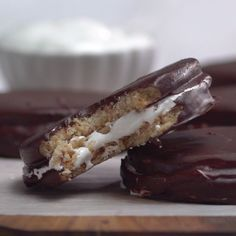 If you like s'mores, you'll love this chocolate-covered treat, reminiscent of a certain lunar-themed classic. Just Desserts, Delicious Desserts, Yummy Food, Yummy Treats, Sweet Treats, Cookie Recipes, Dessert Recipes, Comida Diy, Chocolate Graham Crackers
