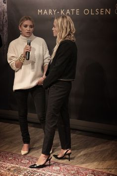 Ashley and Mary-Kate Olsen, cream pullover on skinny jeans. love the Olsen twins style. Ashley Olsen Style, Olsen Twins Style, Mary Kate Ashley, Looks Style, Style Me, Olsen Fashion, Olsen Sister, Business Outfit, Autumn Winter Fashion
