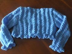 Espalda de la chaqueta azul con ochos y volante para niña.  Hecho por María Landín.