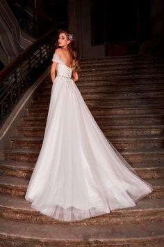 Rochie de mireasa stil printesa, cu bretelute din tulle cazute pe umeri, cu fusta realizata din tulle si un strat discret de paiete, iar cursetul imbracat in broderie. Wedding Dresses, Fashion, Bride Dresses, Moda, Bridal Gowns, Fashion Styles, Weeding Dresses, Wedding Dressses, Bridal Dresses