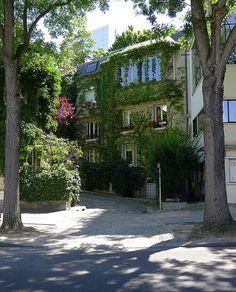 """In der Nähe des Parc Montsouris befindet sich eine kleine, verwinkelte Straße, in der sich viele Künstler während der """"Années Folles"""" niedergelassen haben. Das Highlight des Square versteckt sich am Ende der Straße (53 avenue Reille): Ein Haus, das von Le Corbusier entworfen wurde."""