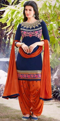 patiala salwar kurti design for girls If there's one style which is constantly linked to Indian Fashion, it is the Patiala suit. Trajes Pakistani, Pakistani Dresses, Indian Dresses, Indian Outfits, Patiala Suit Designs, Kurti Neck Designs, Blouse Designs, Designer Punjabi Suits, Indian Designer Wear
