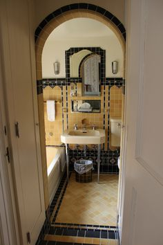 Wonderful tilework in bathroom of Olmstead Manor Fachada Colonial, Architecture Design, Art Deco Bathroom, Dyi Bathroom, Bathroom Trends, Bathroom Designs, Master Bathroom, Vintage Bathrooms, 1930s Bathroom