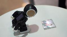 こんな生活も、ありなのかもね。 シャープが開発していた、モバイルロボット電話「ロボホン」。可愛らしくて小型のロボット。しかしLTE/3G通信や音声通話もできる電話。ロボットと電話をフュージョンさせた