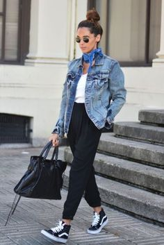 outfits chamarras de mezclilla jogger pants blue jacket tenis bolso negro pañuelo jean jacket gafas negras