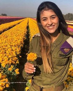 IDF 🇮🇱 - that's beautiful, Shalom pretty girl. Military Women, Military Police, Israeli Female Soldiers, Israeli Girls, Idf Women, Brave Women, Girls Uniforms, Strong Women, Beautiful Women