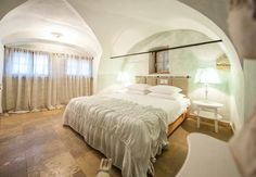 Suite Schafgrube NEU // TiMiMoo Boutique Hotel  #timimoo #bürgerhaus #rust #suite #schafgrube #suiteschafgrube #boutiquehotel #chalkpaint #anniesloan #anniesloanchalkpaint Annie Sloan, Boutique, Bed And Breakfast, Event Design, Rust, Furniture, Home Decor, Indoor Courtyard, Breakfast In Bed