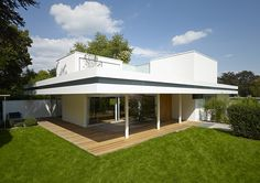 Bungalow transformado en residencia unifamiliar, del estudio Christ Christ Associated ArchitectsDe bungalow a casa unifamiliar, por Christ C...