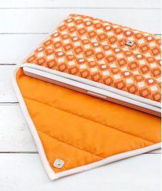 Hier ist eine kostenlose Nähanleitung für eine schöne Laptoptasche. Sie sieht wunderschön aus und macht man unkompliziert. Schauen Sie mal selber an.                                                                                                                                                                                 Mehr