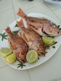 Pescado frito, boca coloroda