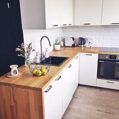 Kuchnia skandynawska, białe meble kuchenne, styl skandynawski, drewniany blat, płytki metro