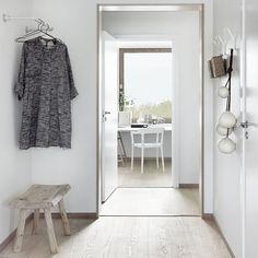 Cambiaría rodapie a blanco y puerta corredera en madera.